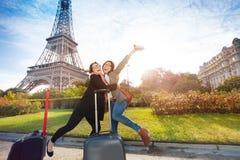 Deux amis heureux se réunissant à Paris Photographie stock libre de droits