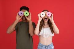 Deux amis heureux se tenant avec des butées toriques Image libre de droits
