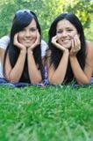 Deux amis heureux se trouvant à l'extérieur Photo stock