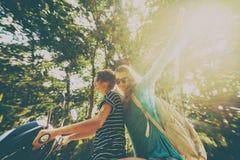 Deux amis heureux sur un vélo montent par la jungle tropicale Photos libres de droits