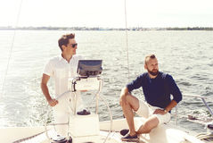 Deux amis heureux voyageant sur un yacht Vacances, tourisme, holid Photographie stock