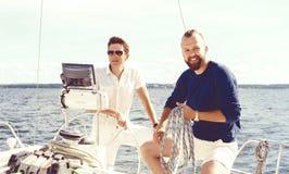 Deux amis heureux voyageant sur un yacht Vacances, tourisme, holid Photos libres de droits