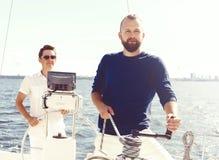 Deux amis heureux voyageant sur un yacht Vacances, tourisme, holid Photographie stock libre de droits