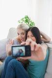 Deux amis idiots prenant la photo avec l'appareil-photo Image libre de droits