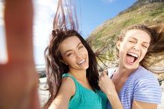 Deux amis insouciants prenant des selfies Photos libres de droits
