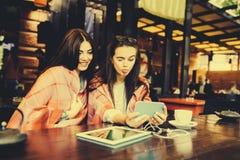 Deux amis intimes font le selfie dans le café Images libres de droits