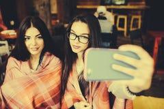 Deux amis intimes font le selfie dans le café Image libre de droits