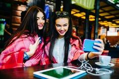 Deux amis intimes font le selfie dans le café Images stock