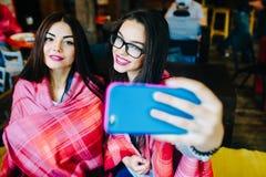 Deux amis intimes font le selfie dans le café Photos stock