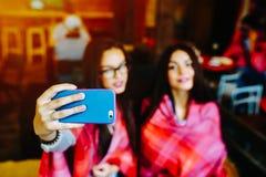 Deux amis intimes font le selfie dans le café Photos libres de droits