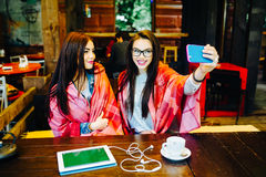 Deux amis intimes font le selfie dans le café Photo stock