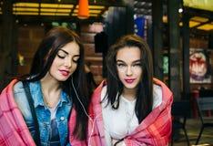 Deux amis intimes observant quelque chose sur un comprimé Photos stock