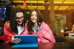 Deux amis intimes observant quelque chose sur un comprimé Image libre de droits