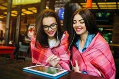 Deux amis intimes observant quelque chose sur un comprimé Image stock