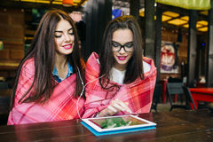 Deux amis intimes observant quelque chose sur un comprimé Photos libres de droits