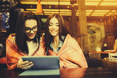 Deux amis intimes observant quelque chose sur un comprimé Images stock