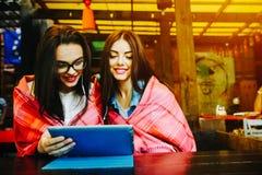 Deux amis intimes observant quelque chose sur un comprimé Photo libre de droits