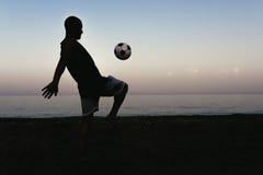Deux amis jouant au football Images libres de droits