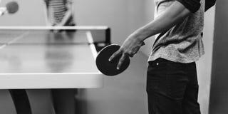 Deux amis jouant le concept de ping-pong Photos libres de droits