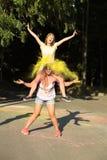 Deux amis joyeux de jeune femme ayant l'amusement avec éclater Holi PO Image stock