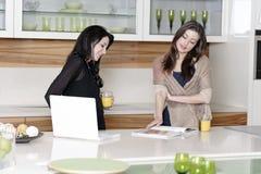Deux amis lisant des recettes Image stock