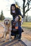 Deux amis marchant le chien Photographie stock