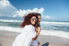 Deux amis marchant sur la plage Images stock