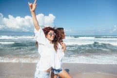 Deux amis marchant sur la plage Photographie stock libre de droits