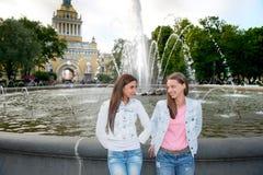 Deux amis marchent en parc Image stock
