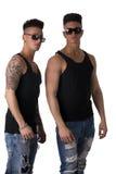Deux amis masculins à la mode de hanche dans le tir de studio Image libre de droits