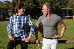 Deux amis masculins agissant l'un sur l'autre les uns avec les autres dans le ranch Photos libres de droits
