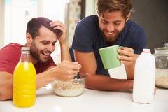 Deux amis masculins appréciant le petit déjeuner à la maison ensemble Photo stock