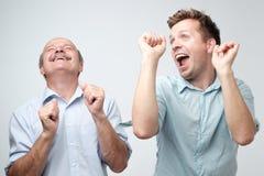 Deux amis masculins beaux dansant sur la f?te d'anniversaire photographie stock libre de droits