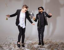 Deux amis masculins dansant et buvant de la bière Photo libre de droits