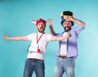 Deux amis masculins excités célèbrent des sports de observation Images stock