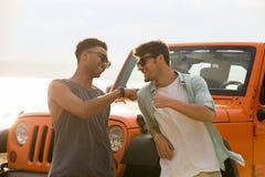 Deux amis masculins heureux profitant d'un agréable moment ensemble Image stock