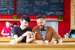 Deux amis masculins s'asseyant en café Photos stock
