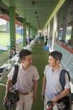 Deux amis masculins souriant et étant prêts pour quitter le terrain de golf Photographie stock