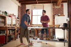 Deux amis masculins traînant dans la cuisine, intégrale Images libres de droits