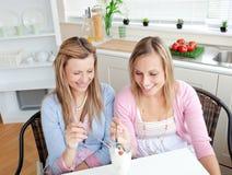 Deux amis mignons mangeant d'une glace ensemble Photos stock