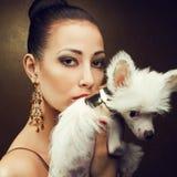 Deux amis : modèle à la mode avec son chiot Images libres de droits