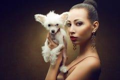 Deux amis : modèle à la mode avec son chiot Photo libre de droits
