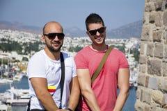 Deux amis montrant ses muscles Images stock
