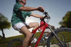 Deux amis multi-ethniques montant des bicyclettes Images stock