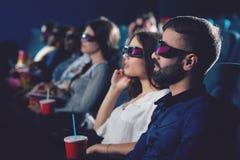 Deux amis observant le film en verres 3d Image stock