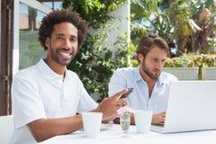Deux amis occupés ayant le café ensemble Photographie stock