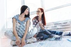 Deux amis optimistes regardant l'un l'autre Photographie stock libre de droits