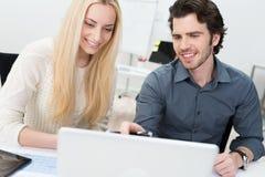 Deux amis ou associés travaillant dans le bureau Image stock
