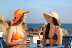 Deux amis parlant dans un hôtel en vacances Photographie stock libre de droits