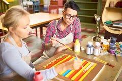 Deux amis peignant en Art Studio Images stock